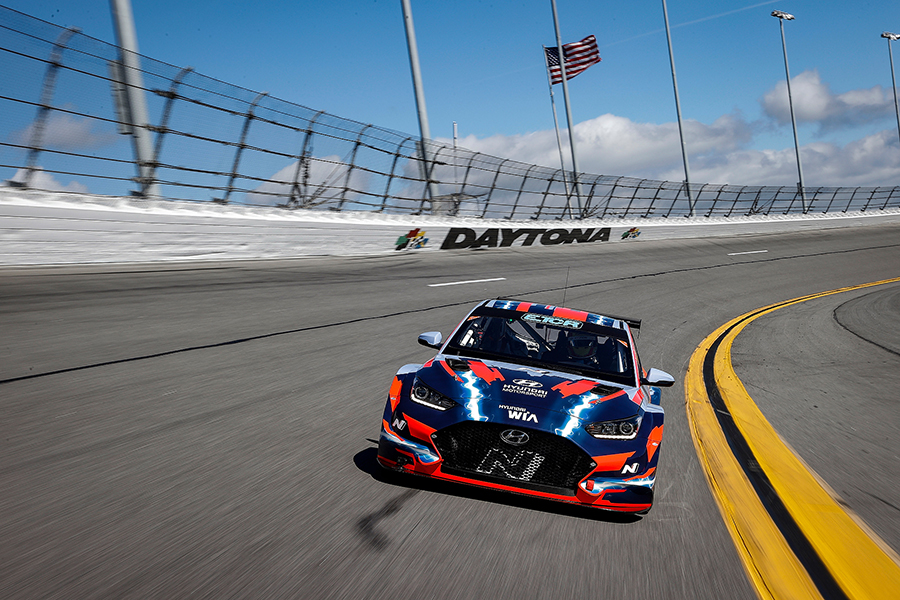 Farfus and the Hyundai ETCR at high-speed on Daytona banking